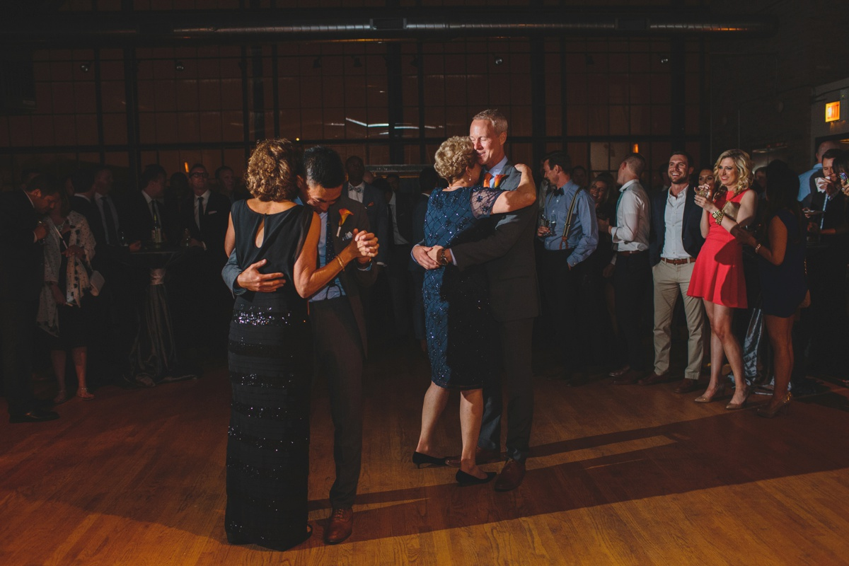 grooms-dance-with-moms